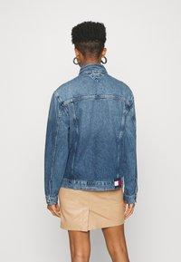Tommy Jeans - TRUCKER  - Denim jacket - mid blue rigid - 2