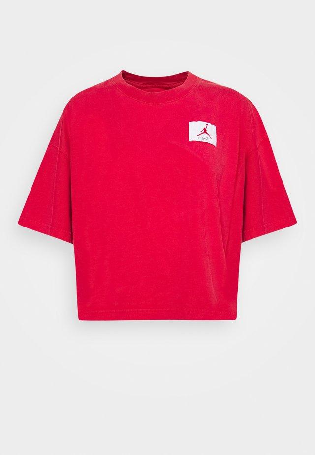 ESSENTIAL BOXY TEE - Print T-shirt - university red