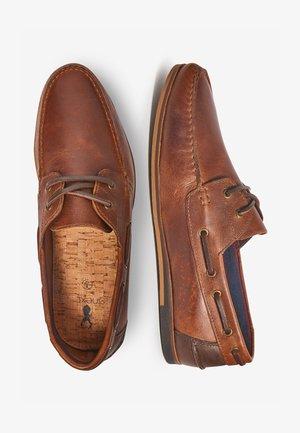 NAVY FORMAL TEXTURED LEATHER BOAT SHOES - Sejlersko - brown