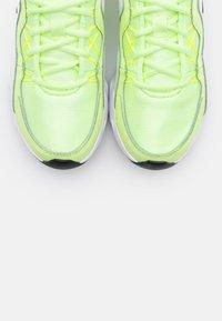 Nike Sportswear - RYZ - Zapatillas - barely volt/black/summit white - 4