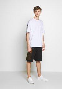 Versace Jeans Couture - LOGO - Teplákové kalhoty - black/gold - 1
