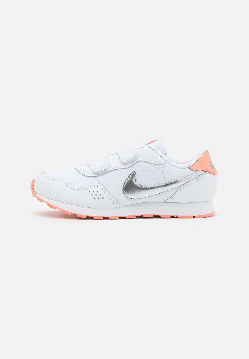 Nike Sportswear - MD VALIANT UNISEX - Zapatillas - white/metallic silver/crimson bliss