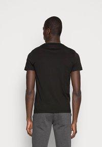 Tommy Hilfiger - LOGO TEE - Camiseta estampada - black - 2
