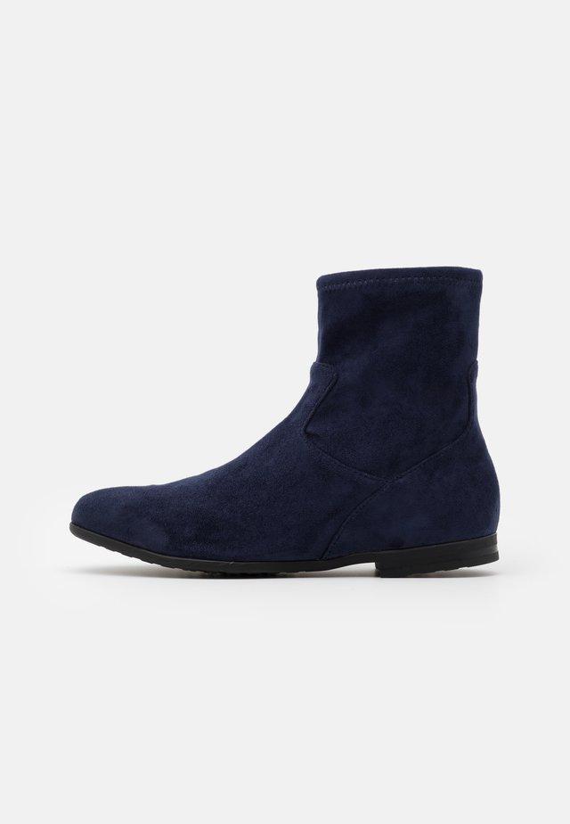 BOOTS - Kotníkové boty - ocean