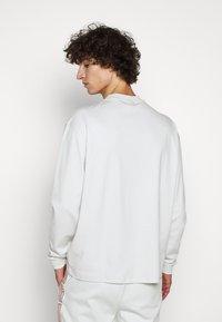 HUGO - DOTCH - T-shirt à manches longues - natural - 2