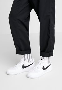 Nike Sportswear - AIR FORCE 1 '07 LV8 - Trainers - white/black/pure platinum - 0