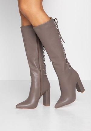 LENNOX - Boots med høye hæler - taupe