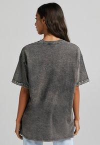 Bershka - T-shirt z nadrukiem - dark grey - 2