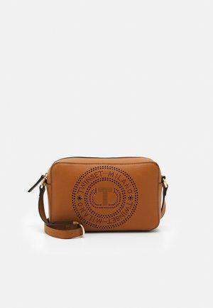 PUNCTURED LOGO - Taška spříčným popruhem - brown