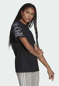 adidas Originals - LOOSE TREFOIL MOMENTS - Print T-shirt - black - 2