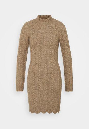FRILL NECK MINI CABLE DRESS - Pletené šaty - stone