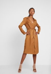 Missguided - PLUNGE BELTED SLIT FRONT MIDI DRESS - Blousejurk - sand - 2