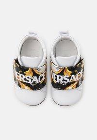 Versace - RICAMO ACANTHU UNISEX - První boty - white/black/gold - 3