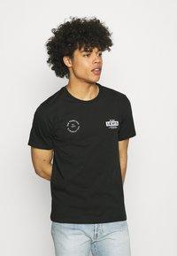 Levi's® - BOXTAB GRAPHIC TEE - Camiseta estampada - caviar - 0