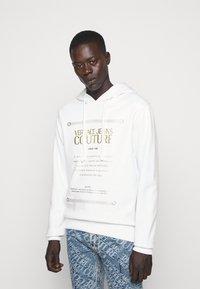 Versace Jeans Couture - FELPA - Sweat à capuche - white - 0