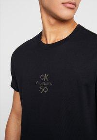Calvin Klein Jeans - SMALL LOGO SLIM TEE - Triko spotiskem - black beauty/silver - 3