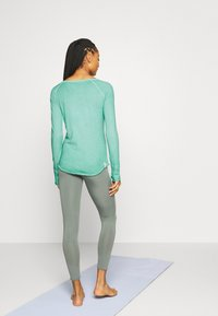 Yogasearcher - KARANI - Long sleeved top - celadon - 2