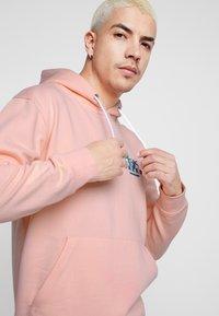Common Kollectiv - UNISEX BACK PRINTED SLOGAN DREAM HOODIE - Bluza z kapturem - pink - 4
