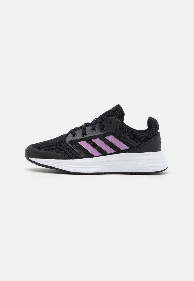 GALAXY 5 - Neutrální běžecké boty - core black/cherry metallic/footwear white