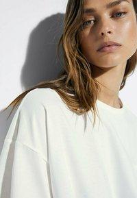 Massimo Dutti - MIT TASCHE  - T-shirt basic - white - 4