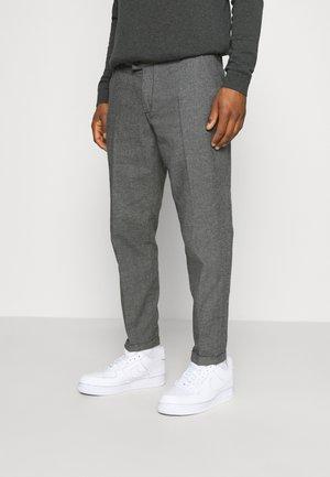 ERCAN CROPPED PANTS - Chinosy - dark grey