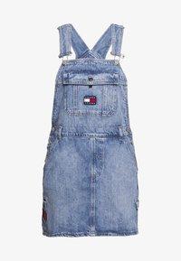 Tommy Jeans - DUNGAREE DRESS - Robe en jean - carol - 0