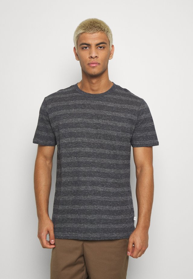 ALDER STRIPED TEE - T-shirt z nadrukiem - dark blue