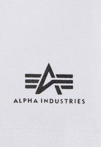Alpha Industries - BASIC SMALL LOGO - Shorts - white - 6