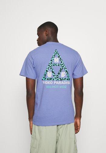 VIDEO PARADISE TEE - Print T-shirt - violet