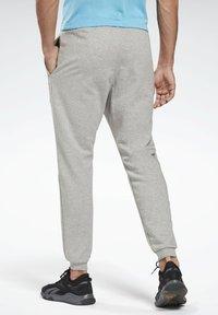 Reebok - SMALL LOGO ELEMENTS JOGGER PANTS - Pantalon de survêtement - grey - 2
