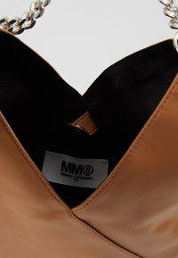 MM6 Maison Margiela - BORSA TRACOLLA - Taška spříčným popruhem - brown sugar - 4
