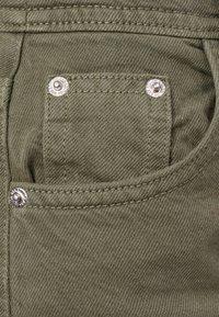 Bershka - MIT WEITEM BEIN - Flared Jeans - green - 5