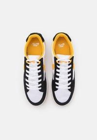 Nike SB - ADVERSARY UNISEX - Skateboardové boty - black/universe gold/white/light brown - 3