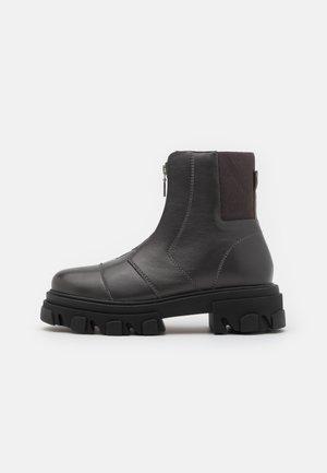 ARCHIE ZIP FRONT CHUNKY - Kotníkové boty na platformě - grey