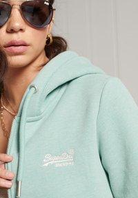 Superdry - ORANGE LABEL - veste en sweat zippée - sage marl - 1