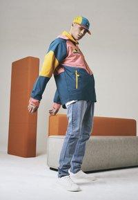 Starter - MULTICOLORED LOGO - Summer jacket - green/yellow/pink - 5