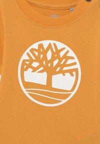 Timberland - SHORT SLEEVES  - Print T-shirt - gold yellow - 2