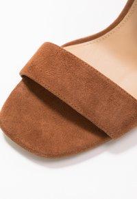 MICHAEL Michael Kors - PETRA ANKLE STRAP - Sandály na vysokém podpatku - luggage - 2