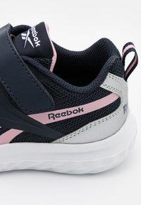 Reebok - RUSH RUNNER 3.0 UNISEX - Obuwie do biegania treningowe - night navy/pink/silver metallic - 5