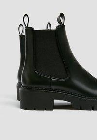 PULL&BEAR - Kotníkové boty na platformě - black - 5