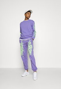 NEW girl ORDER - DRAGON JOGGERS - Verryttelyhousut - lilac - 1