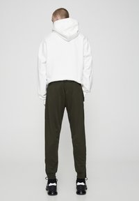 PULL&BEAR - Pantaloni sportivi - khaki - 2