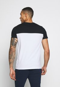 Hollister Co. - CORE TECH SMALL SCALE BLOCK  - T-shirt med print - white/black splicing - 2