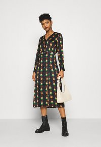 Scotch & Soda - PRINTED V-NECK MIDI LENGTH DRESS WITH PLEATS - Košilové šaty - combo - 1