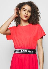 KARL LAGERFELD - LOGO TAPE DRESS - Sukienka z dżerseju - tangerine - 3