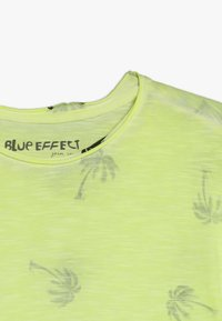 Blue Effect - BOYS PALMEN ALLOVER - Print T-shirt - neon gelb - 3