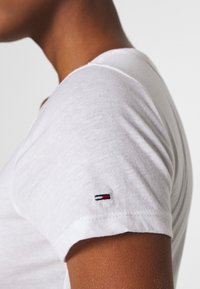Tommy Jeans - ESSENTIAL LOGO TEE - Print T-shirt - white - 4