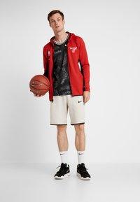 Nike Performance - NBA CHICAGO BULLS THERMAFLEX - Pelipaita - university red/black/white - 1