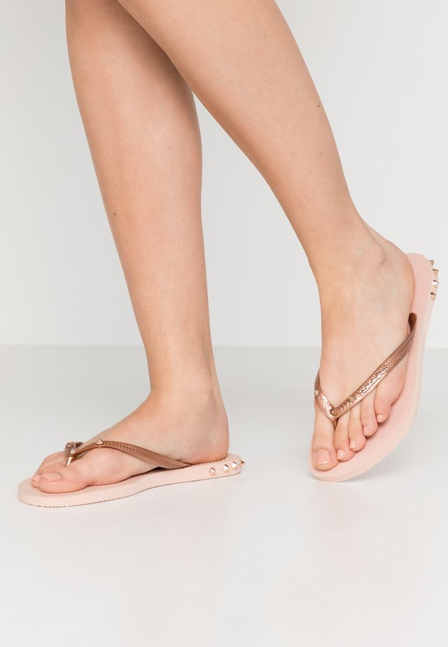 SLIM FIT ROCKY - Sandály s odděleným palcem - rose