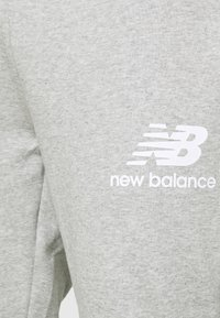 New Balance - ESSENTIAL STACK LOGO  - Tracksuit bottoms - athletic grey - 4